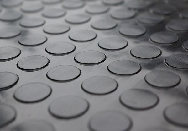 Fußbodenbelag Schwarz ~ Noppenmatte gummi als fußbodenbelag