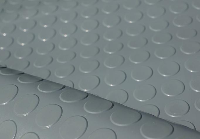 Fußbodenbelag Grau ~ Noppenmatte gummi als fußbodenbelag